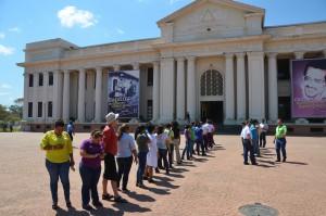 Erdbebenübung im Palacio Nacional. Männlein und Weiblein fein sortiert