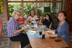 Beim Mittagessen mit Jürgen, Sohn Theo und Anabel