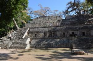 Die sogenannte Akropolis von Copán vom westlichen Platz aus gesehen