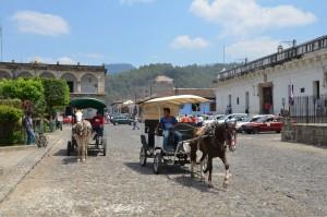 Pferdekutschen an der Plaza von Antigua