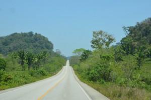 Nagelneues Stück Straße von Cobán zur Belize-Grenze