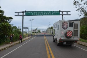 Am frühen Morgen vor dem noch geschlossenen Tor der Grenzstation El Ceibo