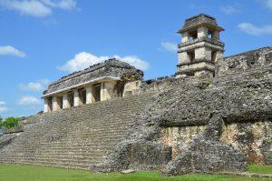 Vorderansicht des sogenannten Palastes in Palenque