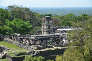 Palast mit Turm vom Templo de la Cruz Foliada aus gesehen