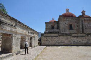 Mitten in die zapotekische Palastanlage von Mitla bauten die Spanier eine Kirche.