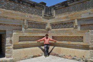 Im Innenhof der Grupo de las Columnas in Mitla