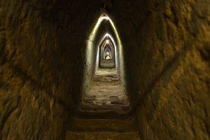 Der zu sehende Gang im Innern der Pyramide wurde von Archäologen angelegt. Die Stufen zeigen die Oberfläche einer der inneren Pyramiden.