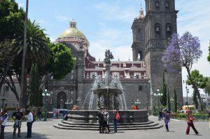 Auf dem Zócalo von Puebla, im Hintergrund die Kathedrale