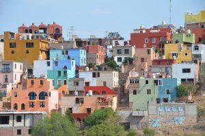 """Blick von unserem Übernachtungsplatz auf die """"Rückseite"""" von Guanajuato. Das Zentrum liegt hinter dem Hügel."""