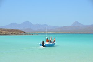 Bucht auf der Isla Coronado, im Hintergrund das Festland der Baja California