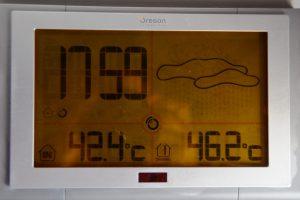 In Leoni zeigt das Thermometer kurz vor 18 Uhr für drinnen 42,4 und für draußen 46,2 Grad Celsius an