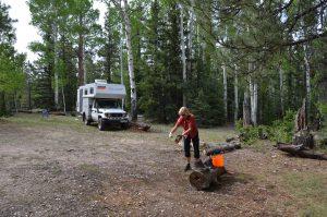 Dringend erforderliche Reinigung der Schuhe am Übernachtungsplatz im Kaibab National Forest (s. Text)