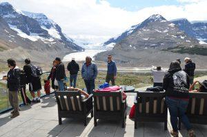 Terrasse des Icefield Centres im Jasper National Park, im Hintergrund der Athabasca-Gletscher