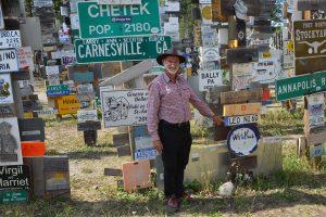 Ausbau des Schilderwalds von Watson Lake: Nummernschild von Leoni angebracht