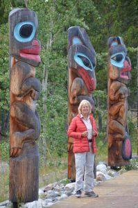 Totempfähle vor dem Teslin Tlingit Heritage Centre