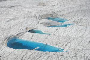 Tiefblaue Seen an der Gletscheroberfläche