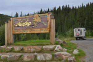 Willkommensschild am Alaska Highway