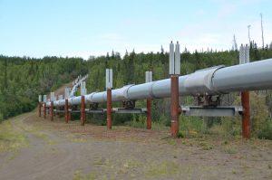 Trans-Alaska-Pipeline mit je zwei Wärmerohren in den Befestigungspfeilern