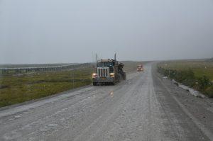 Es hat zu regnen begonnen, und die Piste beginnt aufzuweichen. Links die Trans-Alaska-Pipeline