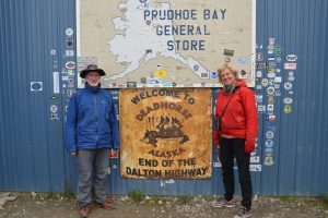 Vor dem Prudhoe Bay General Store in Deadhorse