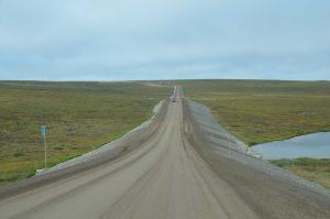Tundra südlich von Deadhorse mit aufgeschüttetem Damm des Dalton Highways