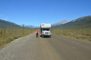 Auf dem Dalton Highway in der Brooks Range. Links die Trans-Alaska-Pipeline