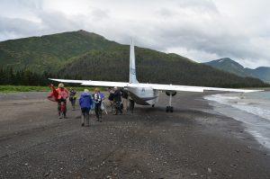 Nach der Landung auf dem Strand der Chinitna Bay im Lake Clark National Park