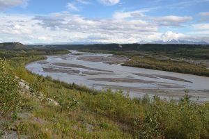 Blick auf den Wrangell-St. Elias National Park mit den Wrangell Mountains im Hintergrund, vom Tok Cutoff aus gesehen