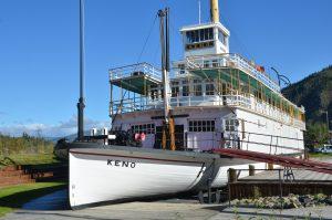 Die S.S. Keno, ein Schwesterschiff der in Whitehorse liegenden S.S. Klondike, am Ufer des Yukon in Dawson City