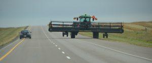 Erntemaschinen fahren ohne jede Absicherung über den Highway.
