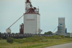 … und die modernere Variante in Langenburg, Saskatchewan. Davor die Waggons zum Abtransport des Getreides