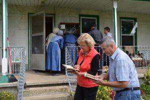 Auf Mennoniten-Farm unweit von Waterloo. Links traditionell gekleidete weibliche Mitglieder der Familie