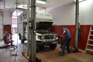 Leoni bei Wartungsarbeiten in Peters Autowerkstatt