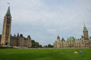 Centre (links) und East Block (rechts) der Parliament Buildings in Ottawa