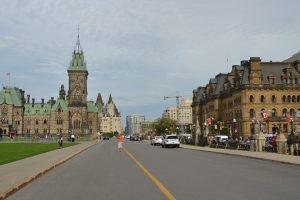 Links der East Block der Parliament Buildings, dahinter das Fairmont Château Laurier, das teuerste Hotel der Stadt