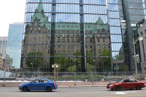 Alt und neu: Spiegelung in Glas-Fassade