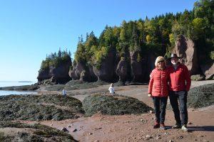 Bei Niedrigwasser auf dem Meeresboden bei den Hopewell Rocks (1)