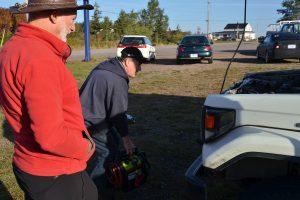 Pat Boudreau gibt uns mit seinem Booster Starthilfe, damit wir die 20 m zum Tor vor seiner Werkstatt zurücklegen können.