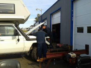 Die Lichtmaschine wird aus- und nach erfolgter Reparatur wieder eingebaut.